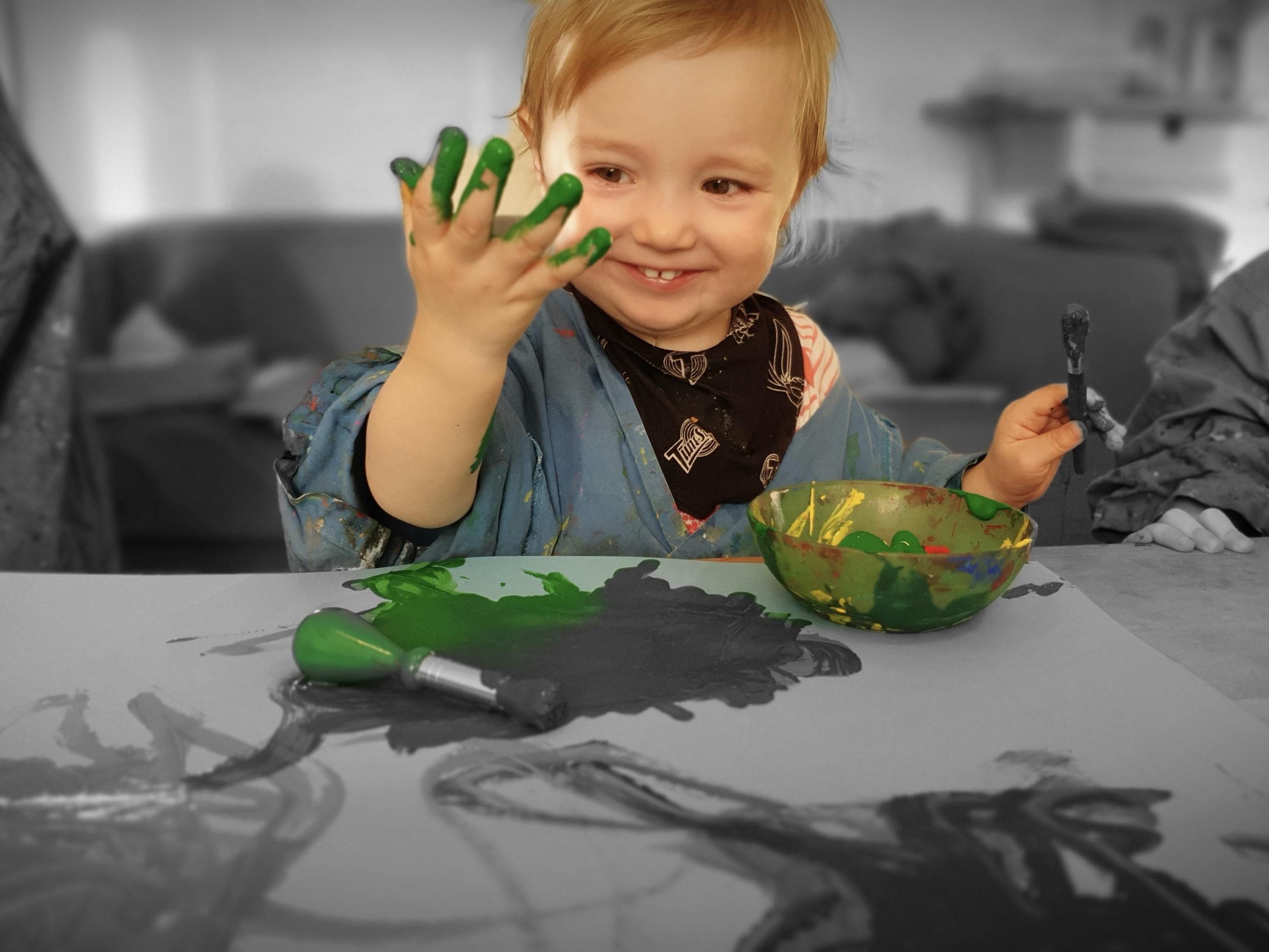 kind spielt mit Farbe